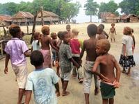 Dagen då de vita barnen kom till byn