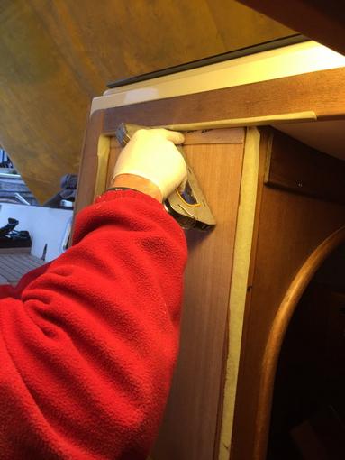 Treppenstufen Holz Aufarbeiten ~ Wir kleben die Kanten mit Tape ab und tackern die Platte an Nachdem