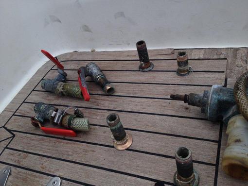 Så här byter du ventiler och genomföringar på båten